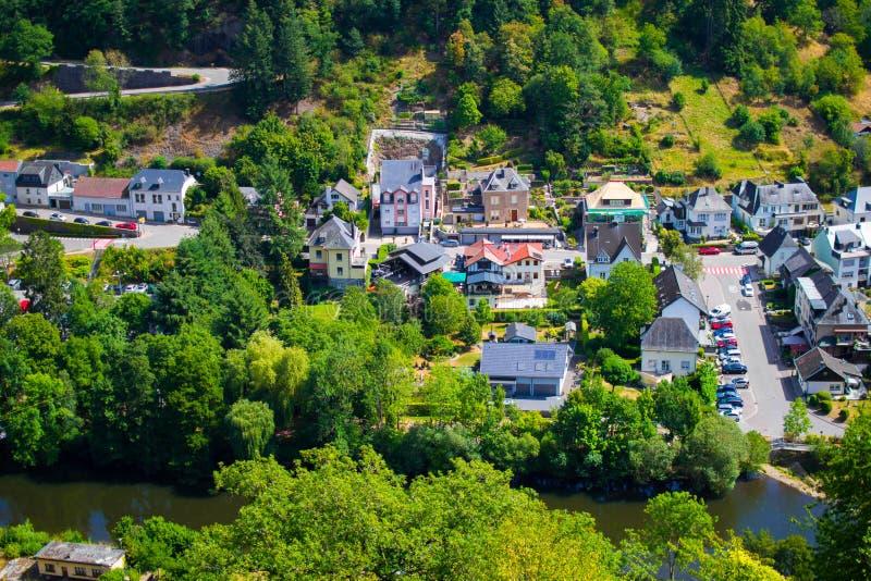 Sikt av byn och dalen av Vianden, med berg och skogen och den v?r flodkorsningen, i Luxembourg, Europa arkivbilder