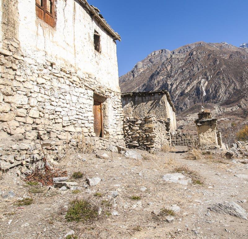 Sikt av byn Purang runt om Muktinath arkivbild