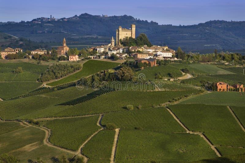 Sikt av byn av Serralunga D `-album och den underbara Langaen arkivbild