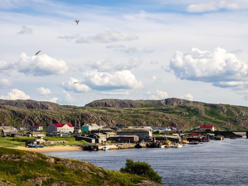 Sikt av byn Teriberka i halvön för Kola för Barents havskust, Murmansk Oblast, Ryssland arkivfoto