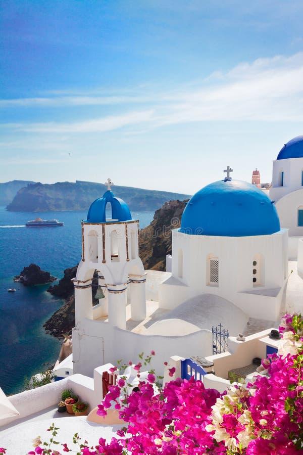 Sikt av calderaen med blåa kupoler, Santorini royaltyfria bilder