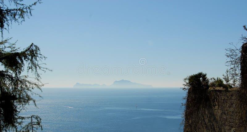 Sikt av Capri från Naples arkivbild
