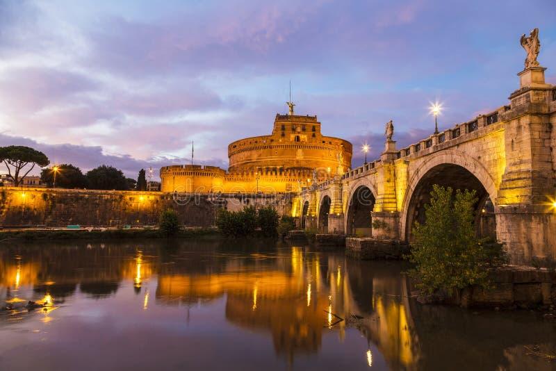Sikt av Castel Sant 'angelo eller mausoleum av Hadrian och bron över Tiberen på solnedgången Rome, arkivfoton