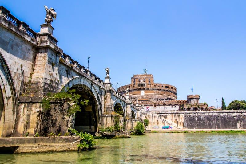Sikt av Castel Sant ' Angelo från under bron, Rome, Italien arkivbilder