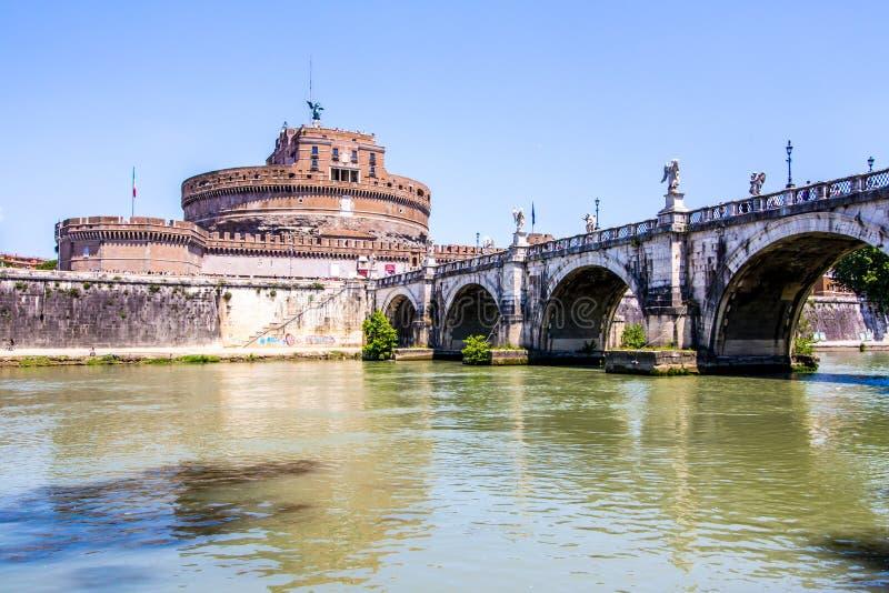Sikt av Castel Sant ' Angelo från under bron, Rome, Italien arkivfoto