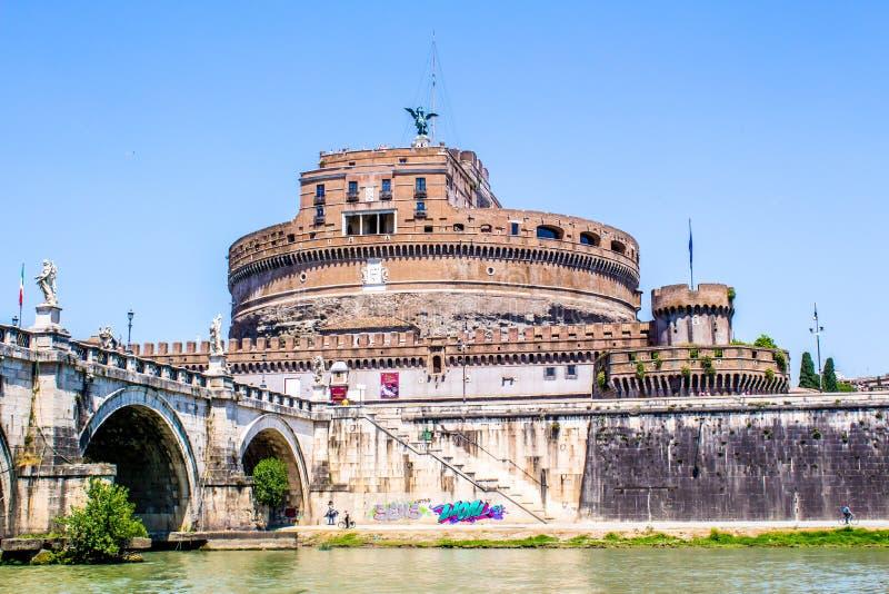 Sikt av Castel Sant ' Angelo från under bron, Rome, Italien arkivfoton