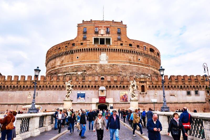 Sikt av Castel Sant ' Angelo, museum i Rome, från bron Ponte Sant'Angelo i Rome royaltyfri bild