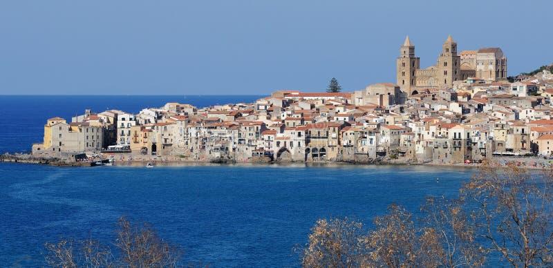 Sikt av Cefalu, nordliga Sicilien fotografering för bildbyråer
