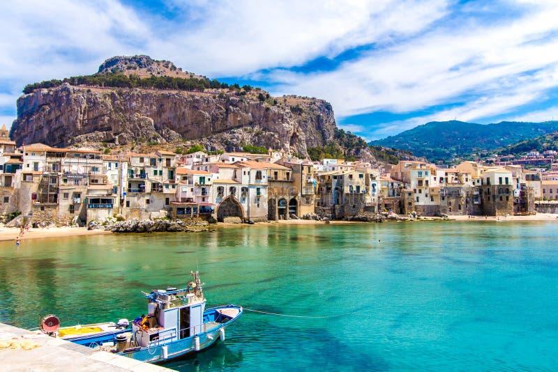 Sikt av cefaluen, stad på havet i Sicilien, Italien arkivfoto