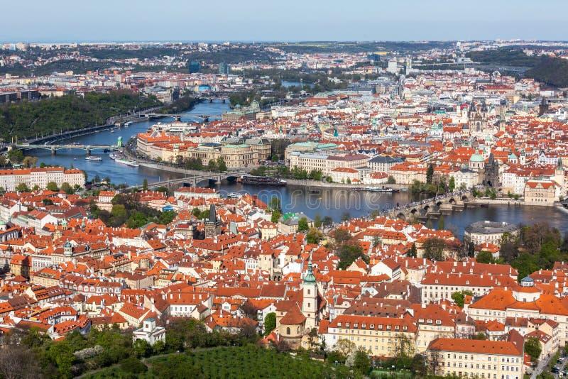 Sikt av Charles Bridge över den Vltava floden och gammal stad från Petri royaltyfri fotografi
