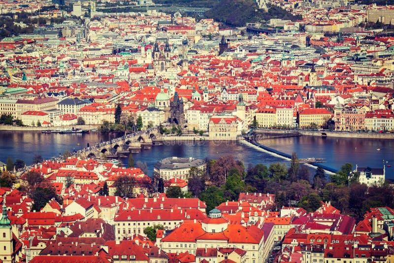 Sikt av Charles Bridge över den Vltava floden och gammal stad från Petri arkivbilder