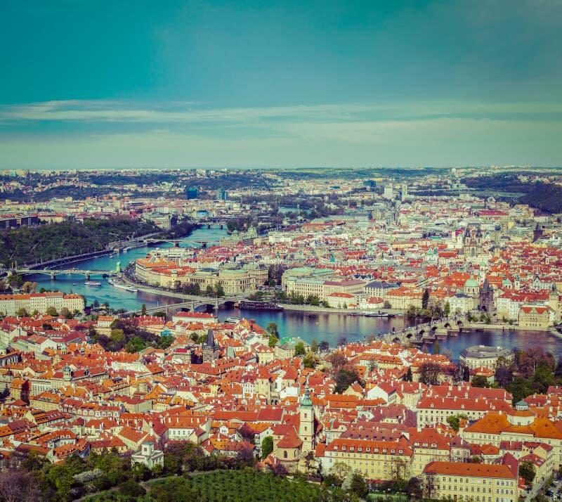 Sikt av Charles Bridge över den Vltava floden och gammal stad från Petri fotografering för bildbyråer