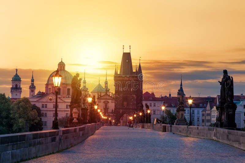 Sikt av Charles Bridge i Prague under solnedgången, Tjeckien Den berömda Prague för värld gränsmärket royaltyfria foton