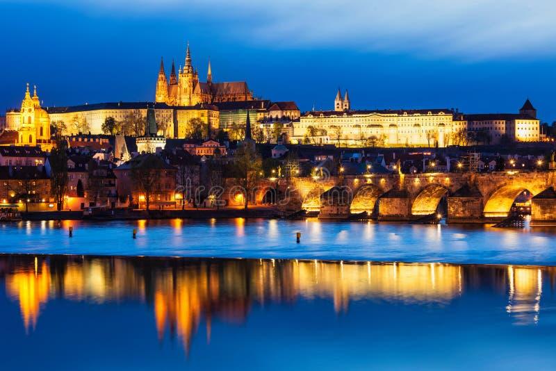 Sikt av Charles Bridge Karluv mest och den Prague slotten royaltyfri foto