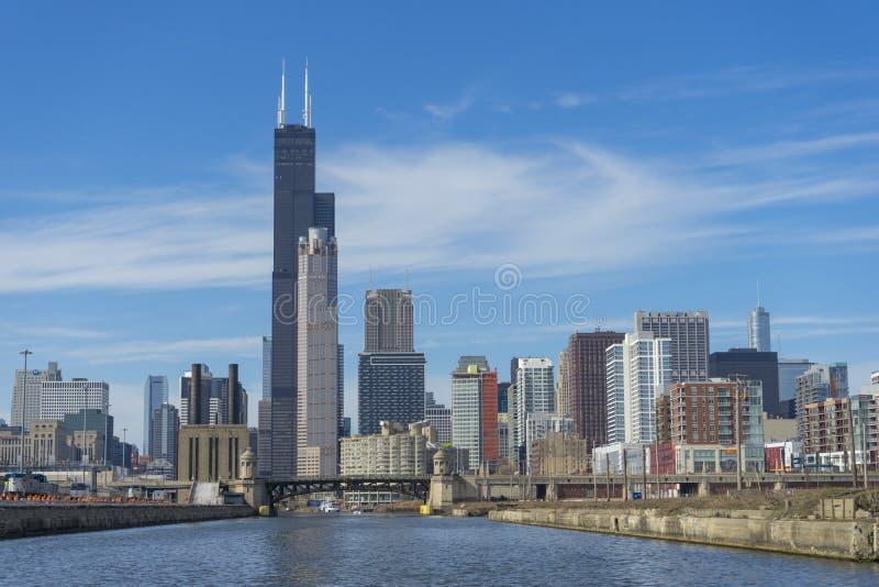 Sikt av Chicagoet River och skyskraporna i i stadens centrum Chicago, Illinois, USA arkivbilder