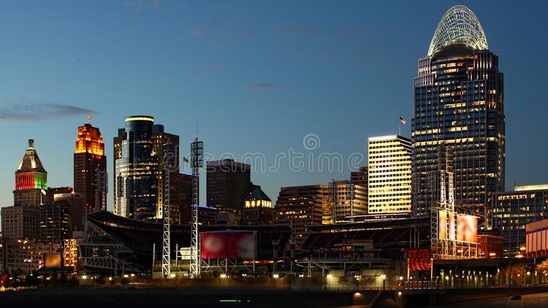 Sikt av Cincinnatien, Ohio horisont efter mörker royaltyfri foto