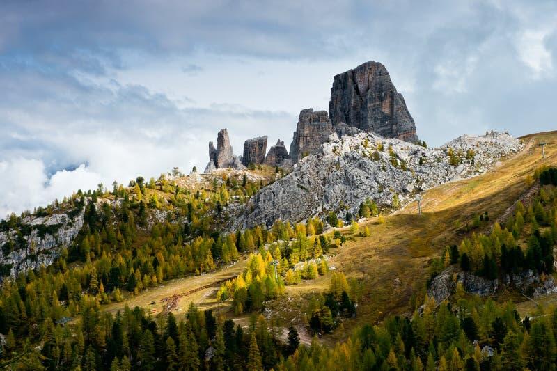 Sikt av Cinque Torri i östliga Dolomites royaltyfri foto