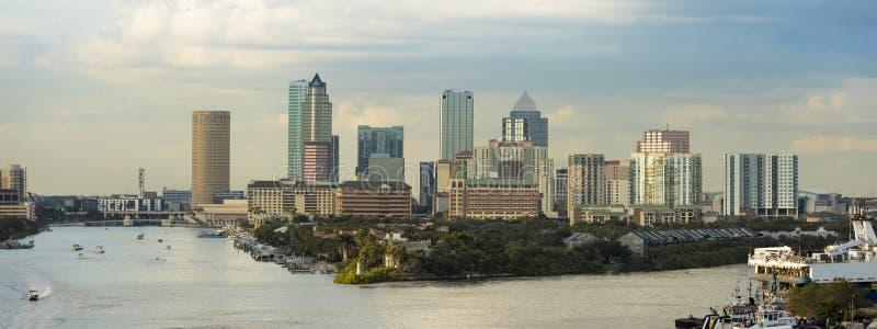Sikt av cityen av Tampa, Florida och port från söderna Logoer har tagits bort En ledareversion med affär arkivbild