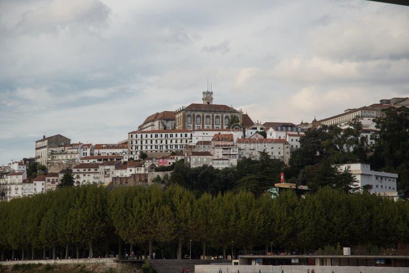 Sikt av Coimbra från Santa Clara Bridge på den Mondego floden royaltyfri fotografi