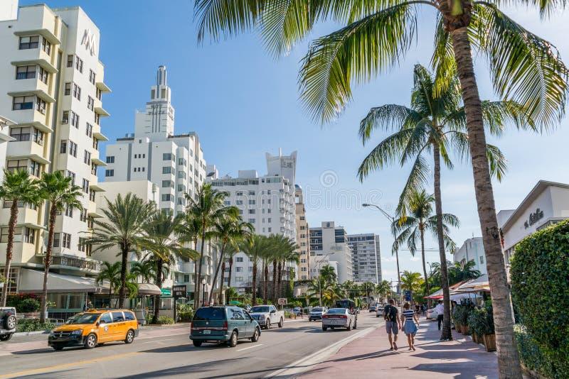 Sikt av Collins Ave i Miami den södra stranden, Florida arkivbilder