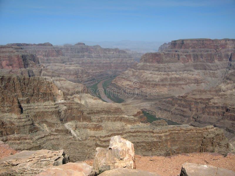 Sikt av Coloradofloden som flödar till och med Grand Canyon den västra kanten i nordvästliga Arizona arkivbilder