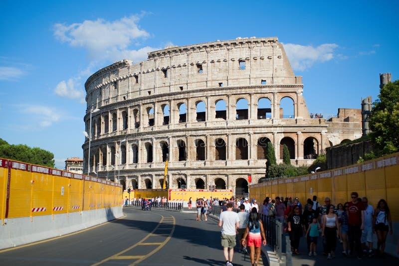Sikt av Colosseumen, med turister, Rome, Italien royaltyfria foton
