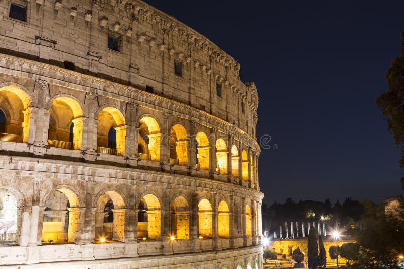 Sikt av Colosseumen på natten, Rome arkivbild