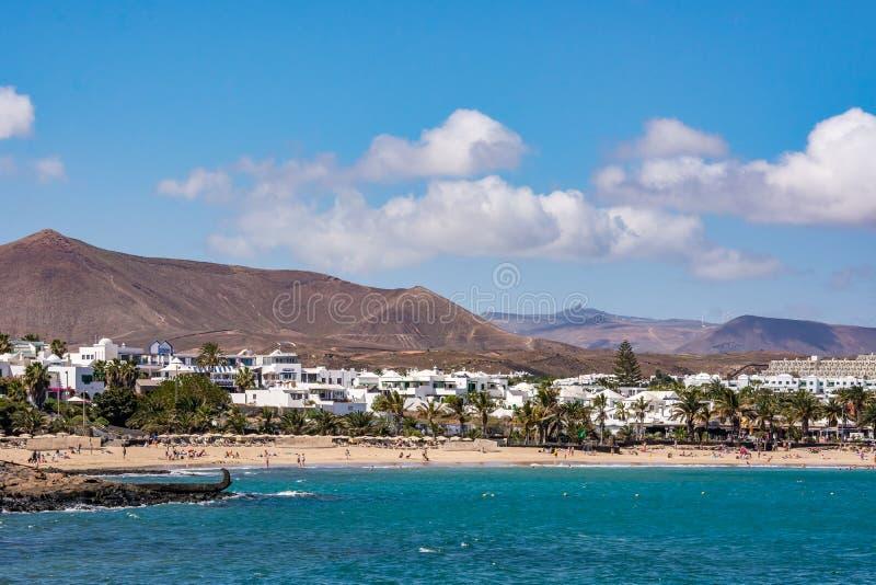 Sikt av Costa Teguise, en touristic semesterort på den Lanzarote ön fotografering för bildbyråer