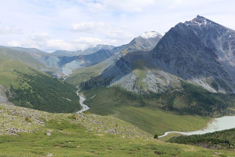 Sikt av dalen av den Yarlu floden och den Akkem floden, Altai berg, Ryssland royaltyfri foto