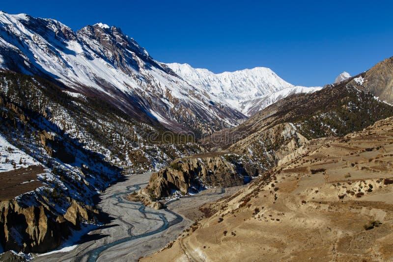 Sikt av dalen på den Manang byn på den Annapurna strömkretsen fotografering för bildbyråer