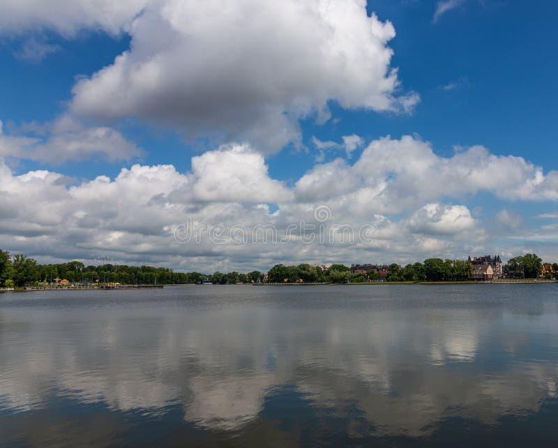 Sikt av de övredammet och molnen reflekterade i det, Kaliningrad, Ryssland arkivbild
