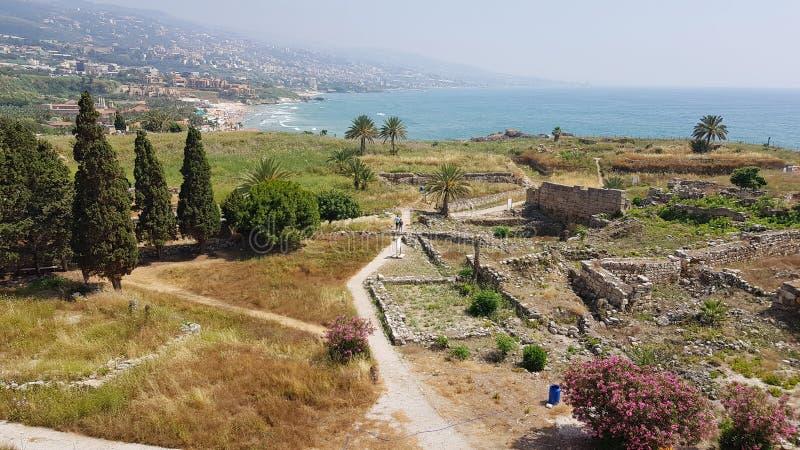 Sikt av de arkeologiska utgrävningarna av Byblos från korsfarareslotten byblos lebanon royaltyfri bild