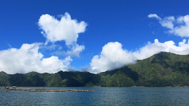 Sikt av de Batur bergen och sj?n P? platsen av naturliga Hot Springs under den Batur vulkan i det betr?ffande Kintamani berget arkivbild