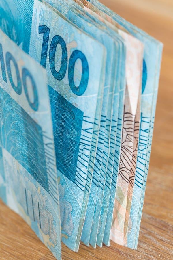 Sikt av de brasilianska pengarna, reais som högt är nominella royaltyfria foton