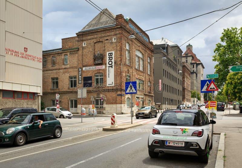 Sikt av de gamla byggnaderna av den Ankerbrot brödfabriken Område av Favoriten, Wien, Österrike royaltyfria bilder