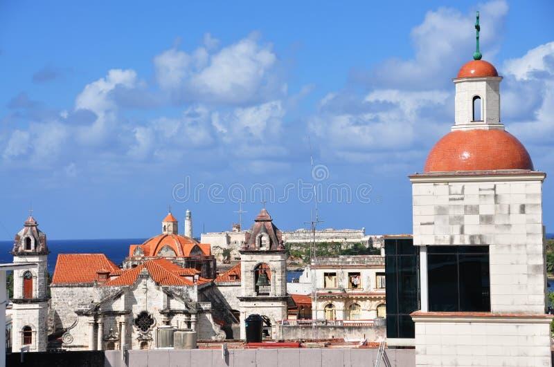 Sikt av de gamla historiska byggnaderna och fästningen från över havana cuba arkivfoton