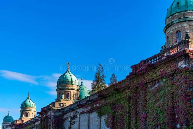 Sikt av de härliga kupolerna och väggarna av den Mirogoj kyrkogården i Zagreb, Kroatien arkivfoton