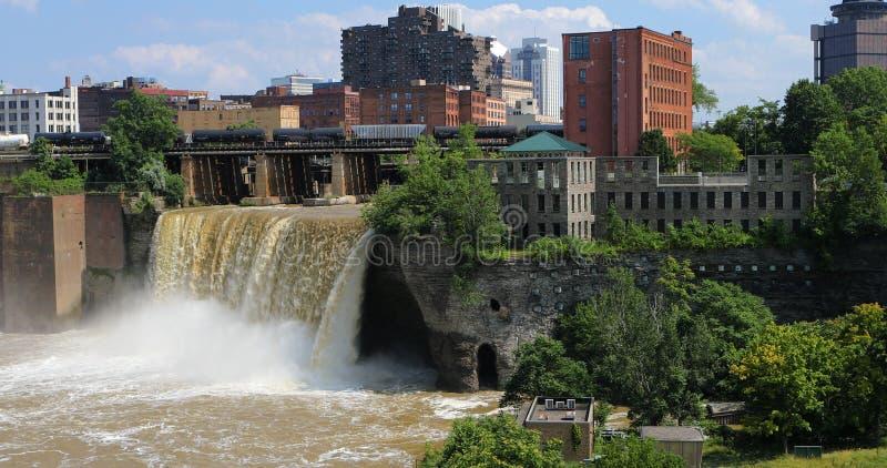Sikt av de höga nedgångarna på staden av Rochester arkivfoton