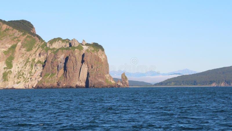 Sikt av de kust- klipporna av den Kamchatka halvön arkivfoton