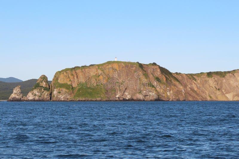 Sikt av de kust- klipporna av den Kamchatka halvön arkivbild