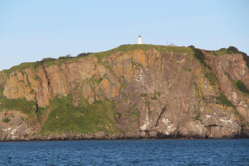 Sikt av de kust- klipporna av den Kamchatka halvön royaltyfri bild