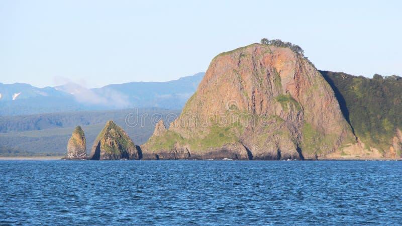 Sikt av de kust- klipporna av den Kamchatka halvön fotografering för bildbyråer
