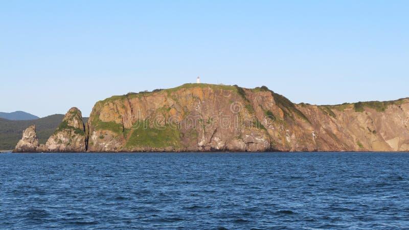 Sikt av de kust- klipporna av den Kamchatka halvön royaltyfri foto