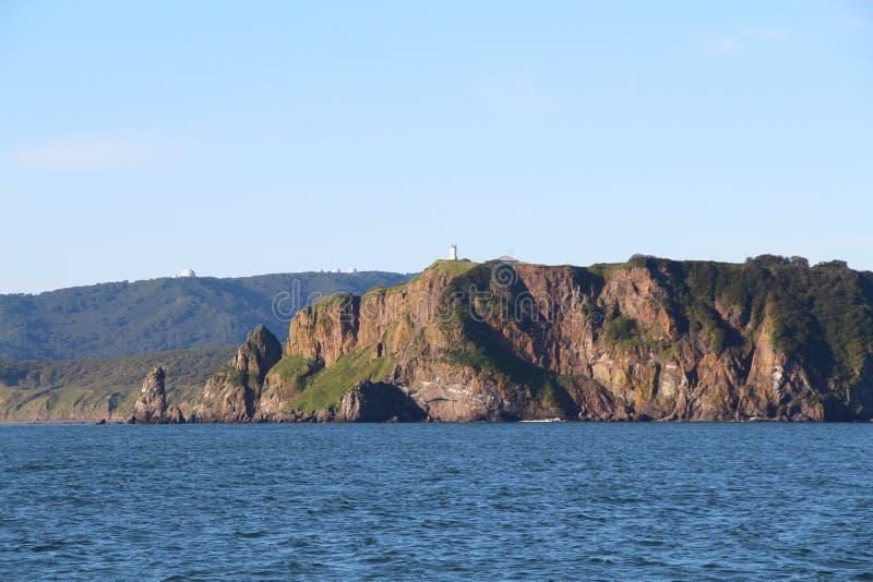 Sikt av de kust- klipporna av den Kamchatka halvön arkivbilder