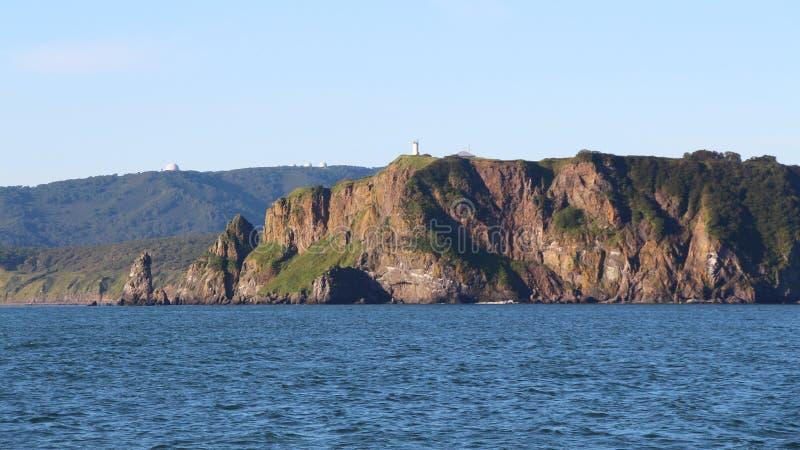 Sikt av de kust- klipporna av den Kamchatka halvön arkivfoto
