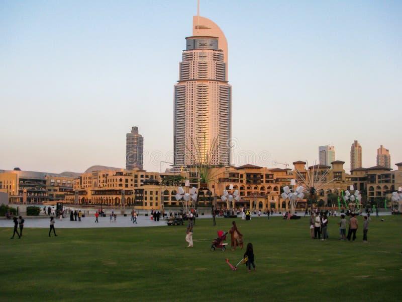Sikt av de mest berömda gränsmärkena i i stadens centrum Dubai, den Dubai gallerian och adresshotellet och Souken Al Bahar arkivfoto