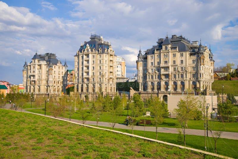Sikt av de moderna den bostads- komplexens för elit invallningen för slott ', Kazan royaltyfria bilder