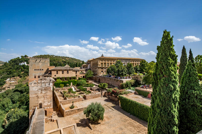 Sikt av de Nasrid slottarna Palacios NazarÃes och slotten av Charles V i Alhambra, Granada arkivfoto