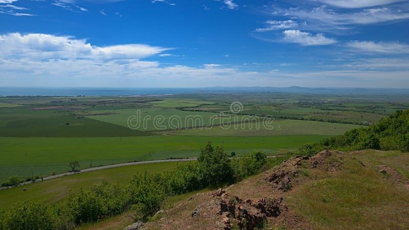 Sikt av de sådde fälten i bakgrunden av den Black Sea kusten royaltyfria bilder