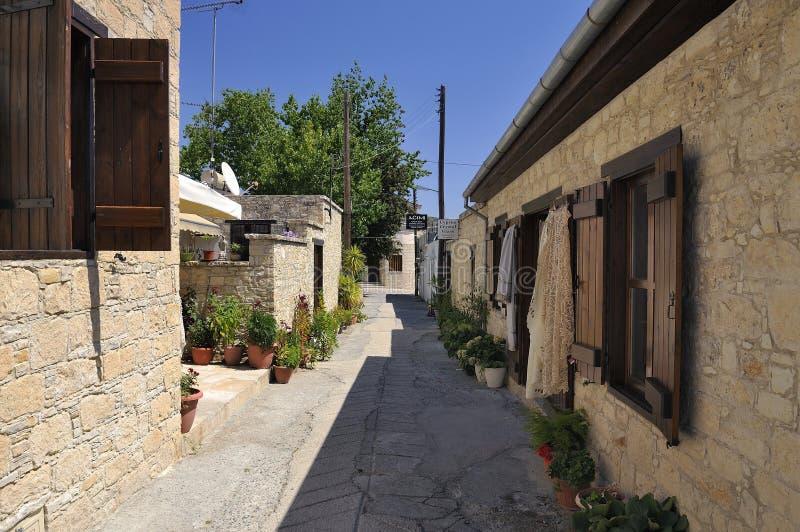 Sikt av de smala gatorna i den gamla byn Omodos, Cypern fotografering för bildbyråer